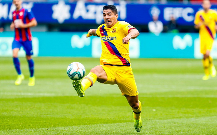 https: img.okezone.com content 2020 09 24 46 2283222 ditendang-barcelona-luis-suarez-bantu-atletico-madrid-juara-liga-spanyol-NSWrnTH70v.jpg