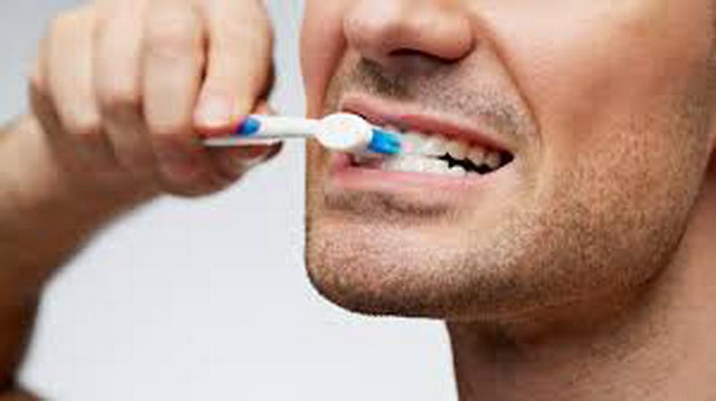 https: img.okezone.com content 2020 09 24 481 2283343 ketahui-bahaya-tidak-sikat-gigi-sebelum-tidur-nksql8tlxY.jpg