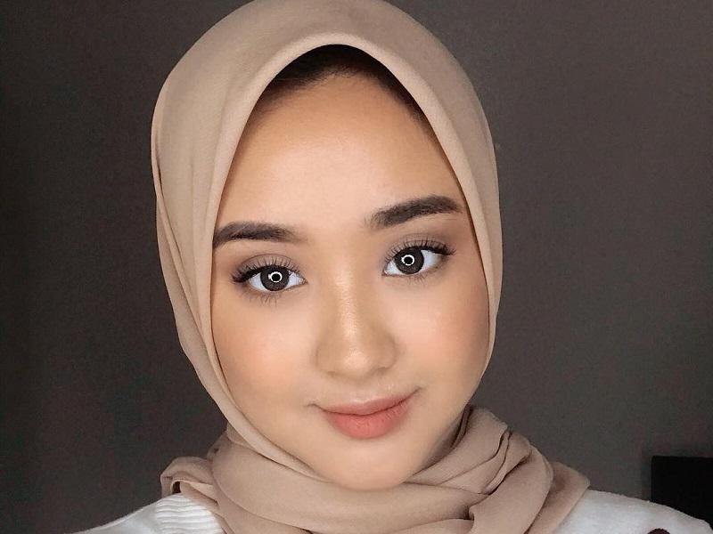 https: img.okezone.com content 2020 09 25 194 2283577 cantiknya-dessy-aditya-berbalut-hijab-netizen-mirip-laudya-cynthia-bella-FdUzLq6aRW.jpg