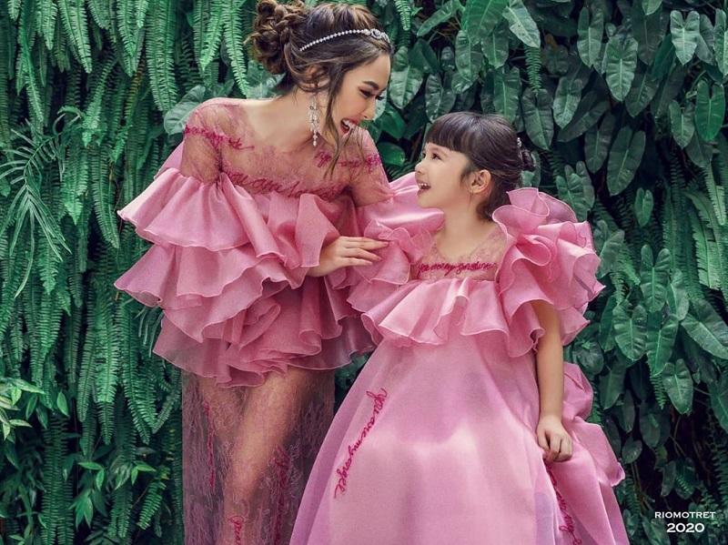 https: img.okezone.com content 2020 09 25 194 2283837 potret-gisel-dan-gempi-pakai-gaun-pink-netizen-kayaknya-bajunya-ketuker-I5pAUVggps.jpg