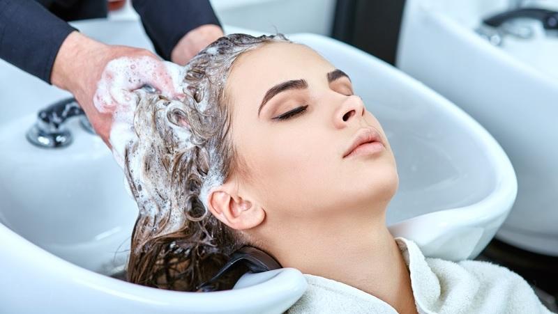https: img.okezone.com content 2020 09 25 611 2283540 beautypedia-apa-itu-hair-spa-rLwMn3qgyd.jpg
