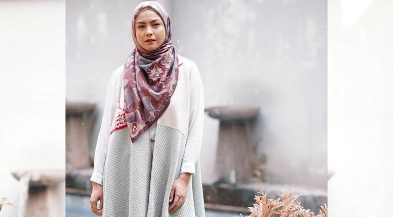 https: img.okezone.com content 2020 09 26 194 2284142 inspirasi-gaya-hijab-revalina-s-temat-yang-sederhana-tetap-modis-tAMO6Punb2.jpg