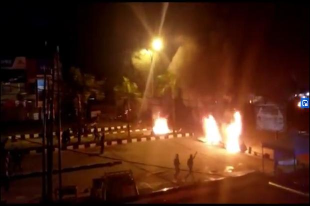 https: img.okezone.com content 2020 09 26 340 2284315 ban-bekas-dibakar-demo-mahasiswa-di-kendari-berujung-bentrok-dengan-aparat-08fTNHfCn6.png
