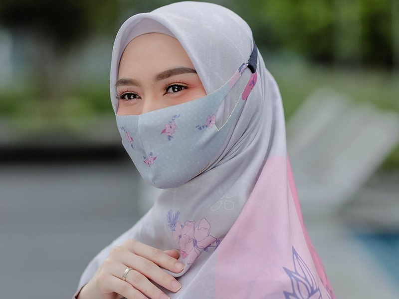 https: img.okezone.com content 2020 09 28 194 2284945 4-gaya-hijab-dengan-masker-ala-melody-laksani-eks-jkt48-tetap-cantik-eGahhnkXiy.jpg