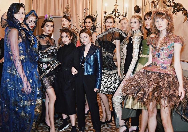 https: img.okezone.com content 2020 09 28 194 2284965 bangga-batik-indonesia-koleksi-maquin-couture-meriahkan-milan-fashion-week-2020-2021-YFzJ2ncdDj.jpg