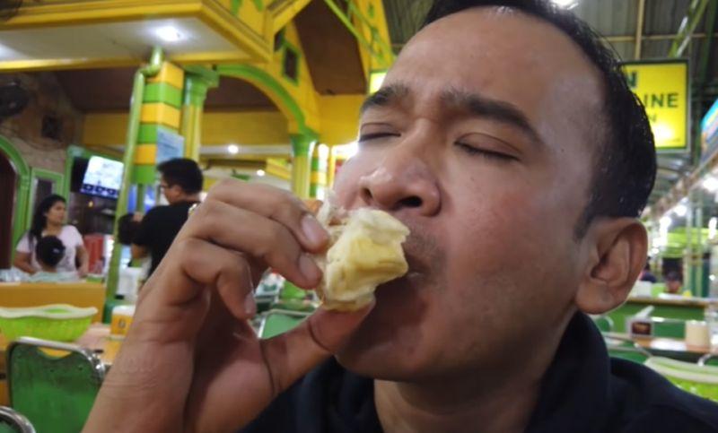 https: img.okezone.com content 2020 09 28 301 2285007 ruben-onsu-ketagihan-durian-medan-enaknya-bikin-merem-melek-bV995oikah.jpg