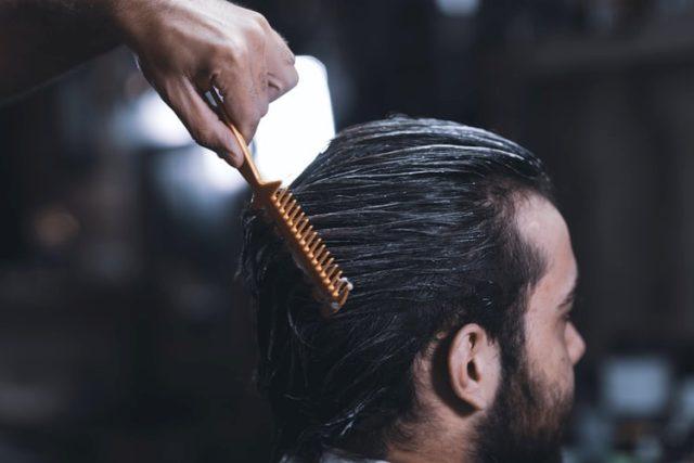 https: img.okezone.com content 2020 09 28 611 2285233 6-gaya-rambut-pria-dengan-pomade-yang-bikin-makin-keren-UcTtuTaq9F.jpg