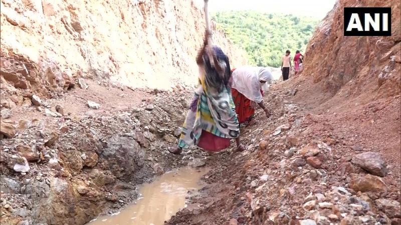 https: img.okezone.com content 2020 09 29 18 2285427 demi-dapatkan-air-250-perempuan-desa-ini-gali-jalan-menembus-bukit-jgjBwZjUUe.jpg