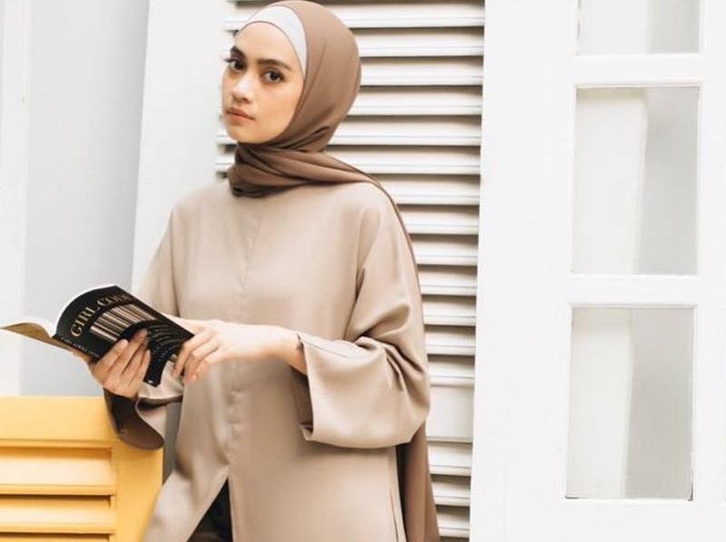 https: img.okezone.com content 2020 09 29 194 2285630 5-gaya-hijab-artis-inspirasi-tampil-kece-saat-wfh-CPJ7WSOs4G.jpg