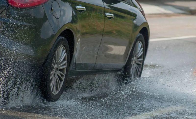 https: img.okezone.com content 2020 09 29 52 2285413 5-cara-merawat-ban-mobil-di-musim-hujan-tiERzDU7Ft.jpg