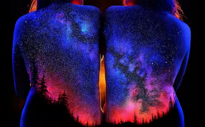 https: img.okezone.com content 2020 09 29 612 2285587 menakjubkan-seniman-ini-ciptakan-lukisan-yang-bersinar-dalam-kegelapan-VM7VoZL147.jpg