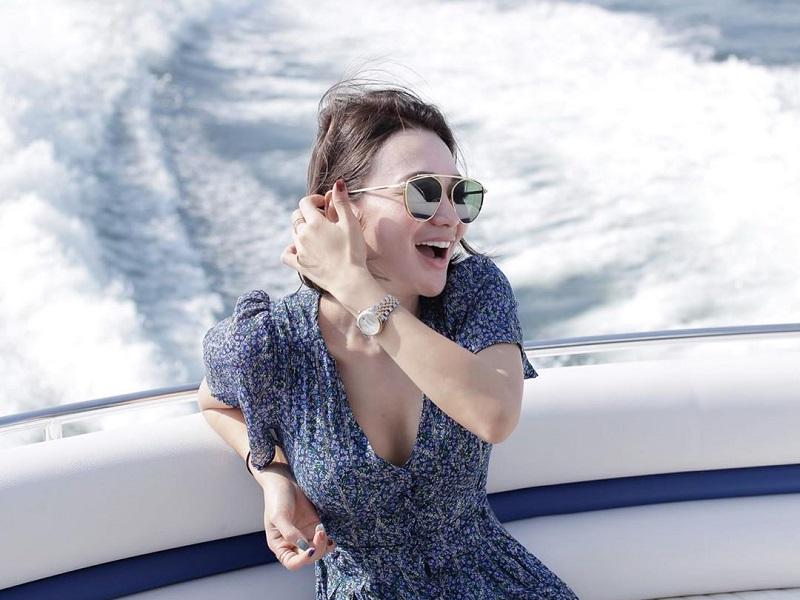 https: img.okezone.com content 2020 09 30 194 2286351 cantiknya-wika-salim-pakai-dress-naik-speed-boat-netizen-syeger-euy-NwRQbDKf7h.jpg