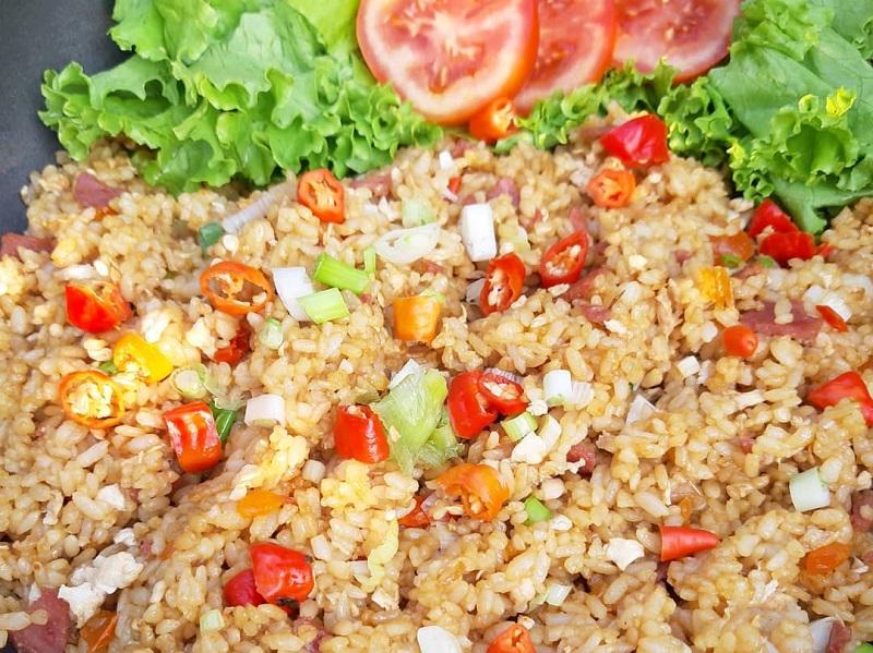 https: img.okezone.com content 2020 09 30 298 2286337 resep-sarapan-praktis-nasi-goreng-telur-asin-sedap-Uon4Mk9m8W.jpg