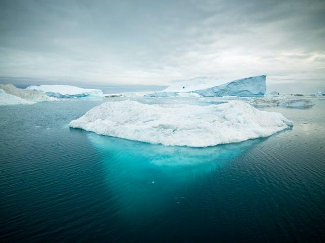 https: img.okezone.com content 2020 10 01 16 2286826 peneliti-35-900-miliar-ton-es-greenland-bisa-hilang-pada-abad-ini-xohC9xAmuA.jpg