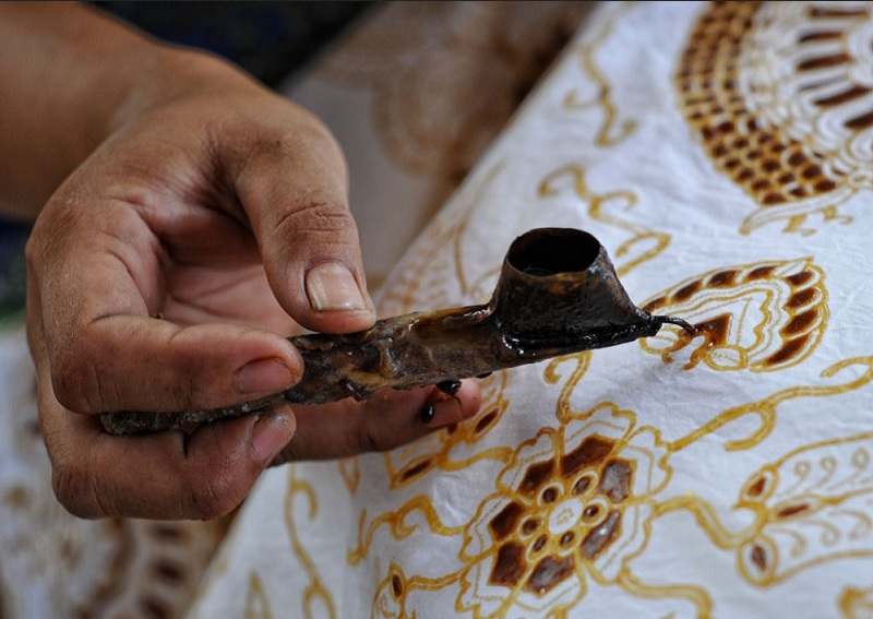 https: img.okezone.com content 2020 10 01 194 2286903 selamat-hari-batik-ini-sejarahnya-hingga-jadi-warisan-budaya-dunia-vBZqVeqQJ4.jpg