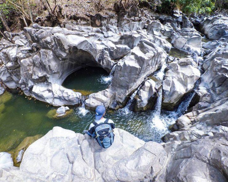 https: img.okezone.com content 2020 10 01 408 2286681 10-tempat-wisata-alam-di-sekitar-makassar-dari-gunung-hingga-jejak-prasejarah-Yeu365Ohq2.jpg
