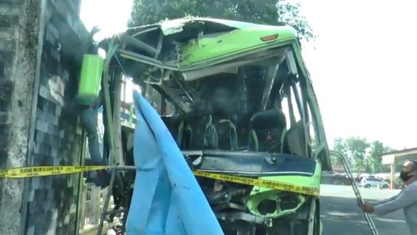 https: img.okezone.com content 2020 10 01 512 2286606 update-kecelakaan-bus-pariwista-di-jalur-dieng-5-tewas-15-terluka-FKs9Q7Rcdd.JPG