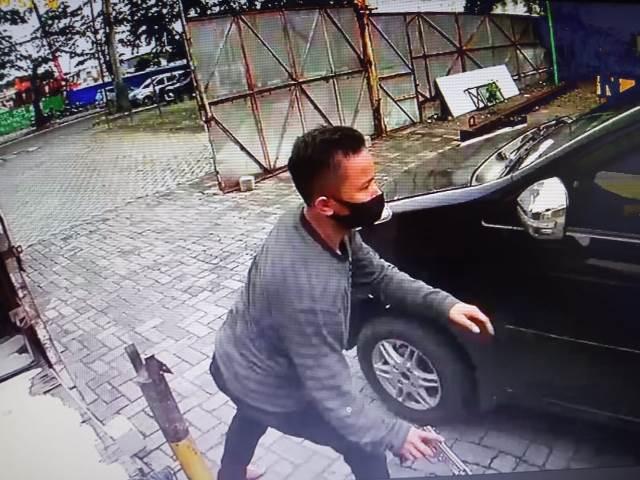 https: img.okezone.com content 2020 10 01 608 2287074 aksi-bandit-jalanan-bersenpi-terekam-kamera-cctv-LR28x8ghOb.jpg