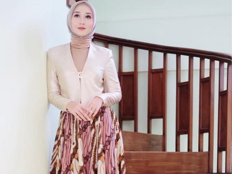 https: img.okezone.com content 2020 10 02 194 2287175 selamat-hari-batik-nasional-3-gaya-selebriti-hijab-ini-bisa-jadi-inspirasi-JbVA6baEzT.jpg