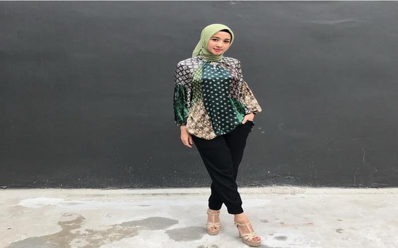 https: img.okezone.com content 2020 10 02 194 2287451 5-gaya-hijab-batik-laudya-cynthia-bella-anggun-dan-cantik-Pi4eONRN78.jpg