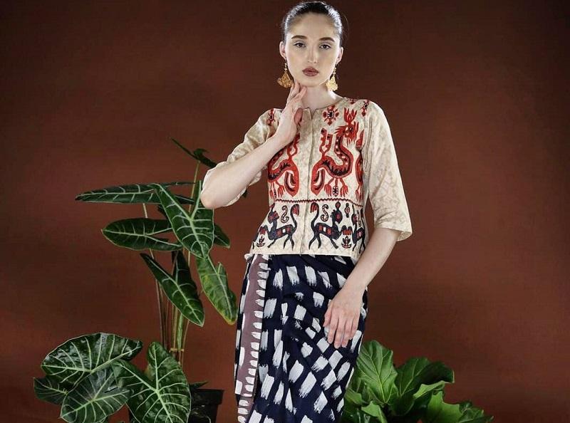 https: img.okezone.com content 2020 10 02 194 2287594 novita-yunus-kenalkan-batik-brush-di-koleksi-lawang-sewu-rzsqjl2S9Z.jpg