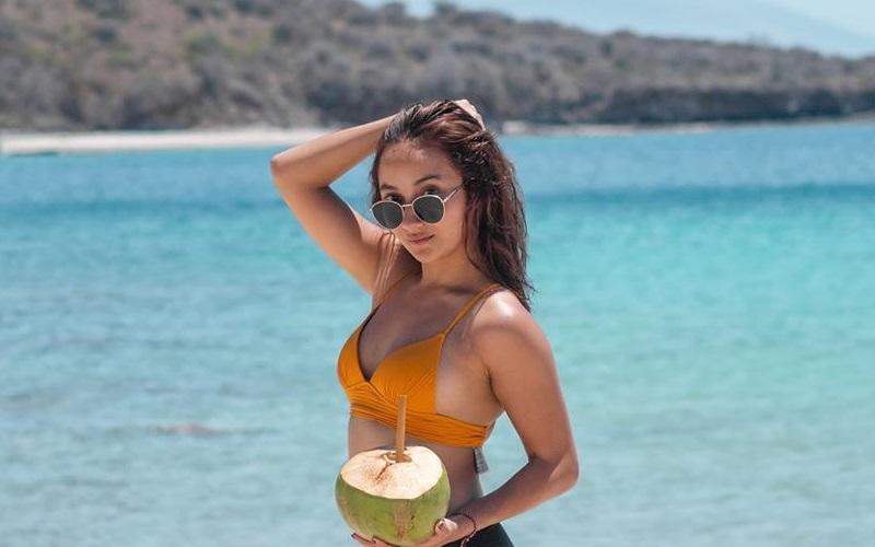 https: img.okezone.com content 2020 10 02 194 2287661 potret-cantik-naomi-zaskia-mantan-kekasih-sule-pakai-bikini-0UMUjWWlTN.jpg
