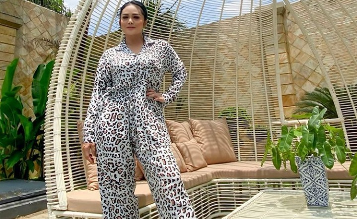 https: img.okezone.com content 2020 10 02 33 2287610 hari-batik-nasional-krisdayanti-wajib-dilestarikan-dan-dihargai-IrmUUqSWjs.jpg