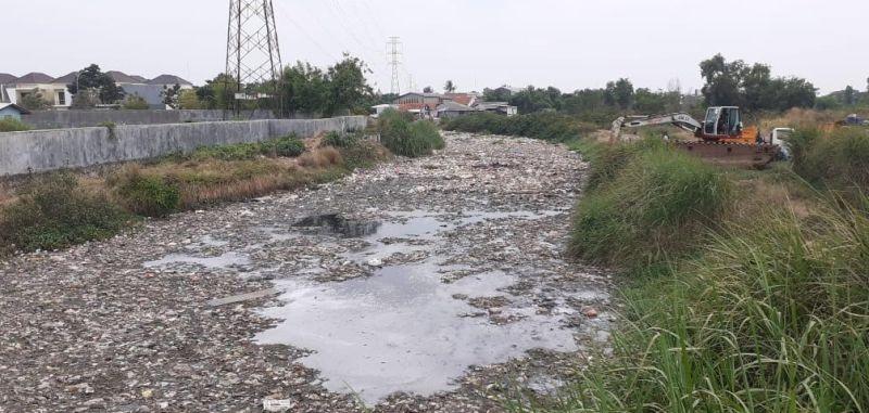 https: img.okezone.com content 2020 10 02 338 2287632 sampah-yang-menumpuk-di-kali-blencong-berasal-dari-kota-bekasi-P5O2pv34uy.jpg