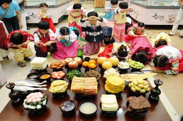 https: img.okezone.com content 2020 10 02 406 2287365 traveler-harus-tahu-ini-4-fakta-menarik-tradisi-chuseok-di-korea-6hkYXkyYqa.jpg