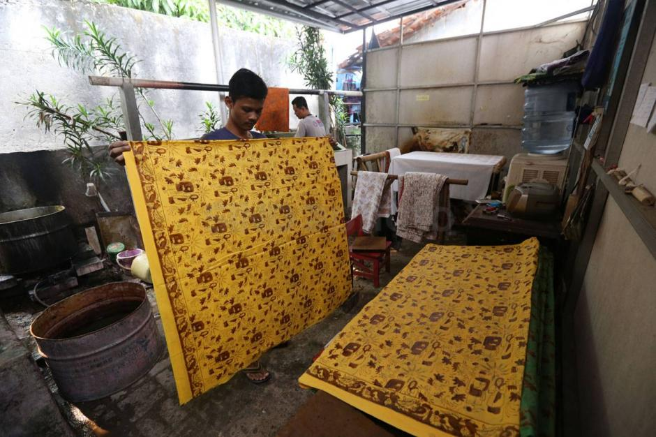 https: img.okezone.com content 2020 10 02 408 2287569 jalan-jalan-ke-terogong-kampung-wisata-batik-betawi-MMfaUMbQ9D.jpg