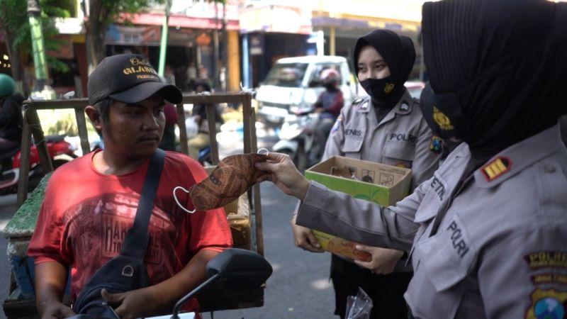 https: img.okezone.com content 2020 10 02 519 2287280 hari-batik-nasonal-polwan-cantik-bagi-bagi-masker-batik-ke-pengendara-eumUG3MJf1.jpg