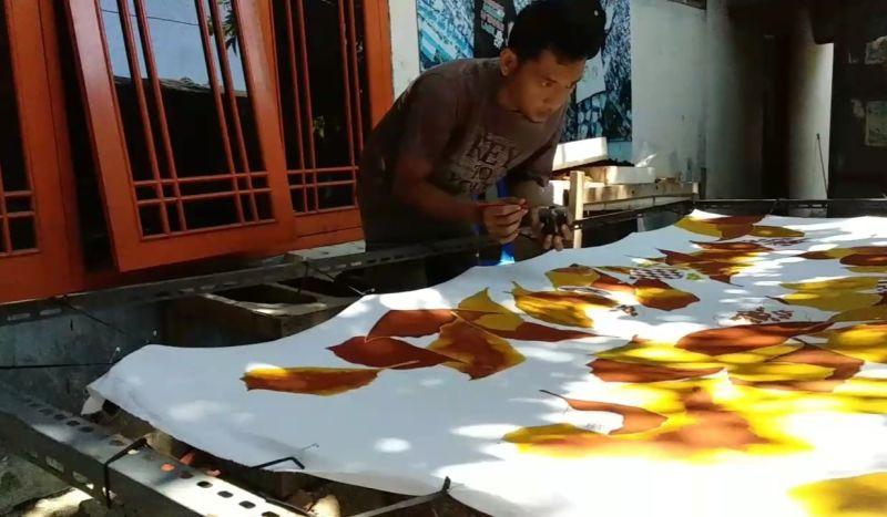https: img.okezone.com content 2020 10 02 525 2287560 mengenal-kampung-batik-kriyan-cirebon-mQnbm770CX.jpg