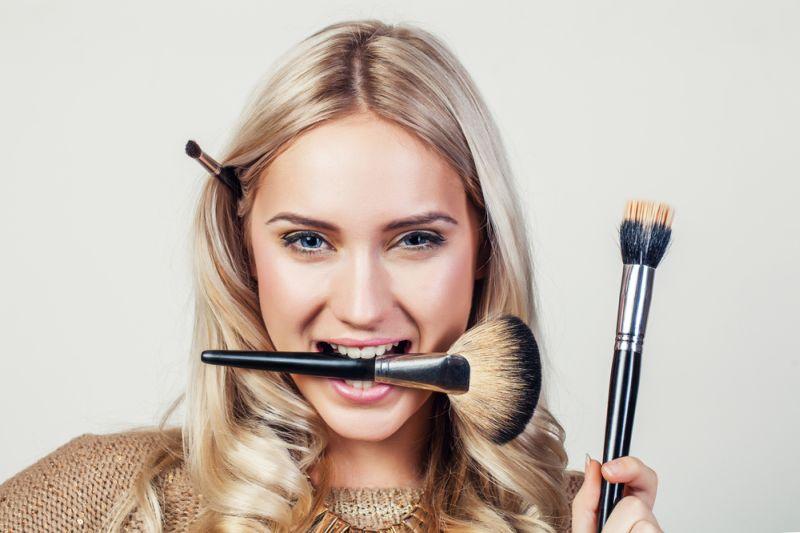 https: img.okezone.com content 2020 10 02 611 2287583 yuk-belajar-no-makeup-look-cocok-dipakai-untuk-meeting-online-1TIIXMkAjB.jpg