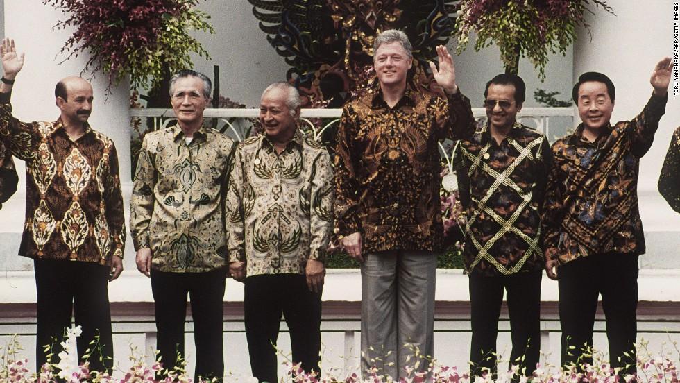 https: img.okezone.com content 2020 10 02 620 2287479 4-tokoh-berpengaruh-yang-pernah-mengenakan-batik-siapa-saja-tCM6t93uyy.jpg