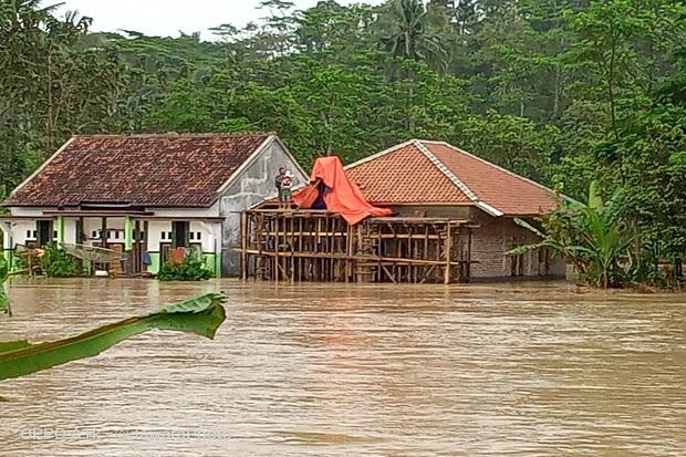 https: img.okezone.com content 2020 10 03 525 2287950 sungai-cisokan-meluap-banjir-terjang-sejumlah-desa-di-cianjur-oS3U2NseGs.jpg