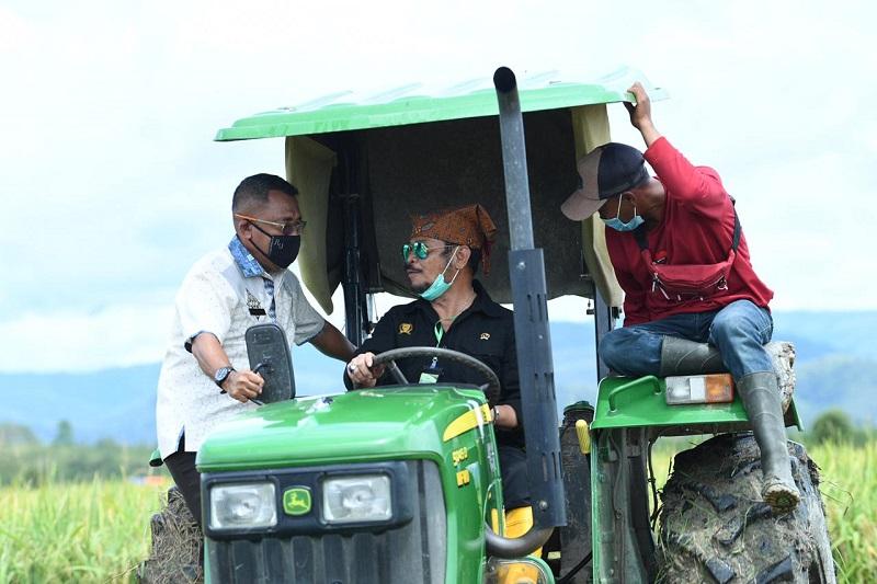https: img.okezone.com content 2020 10 04 1 2288318 mentan-syahrul-pantau-jalannya-produktivitas-pertanian-di-pulau-buru-gCu68JuKX2.jpg
