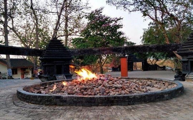 https: img.okezone.com content 2020 10 04 408 2288139 5-tempat-wisata-mirip-api-abadi-mrapen-di-indonesia-ZB1TQUi5zh.jpg