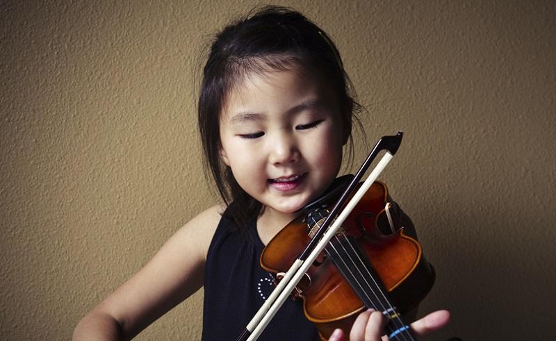 https: img.okezone.com content 2020 10 04 612 2288225 cara-membuat-anak-betah-di-rumah-saja-salah-satunya-main-musik-gSLrzqPCV6.jpg