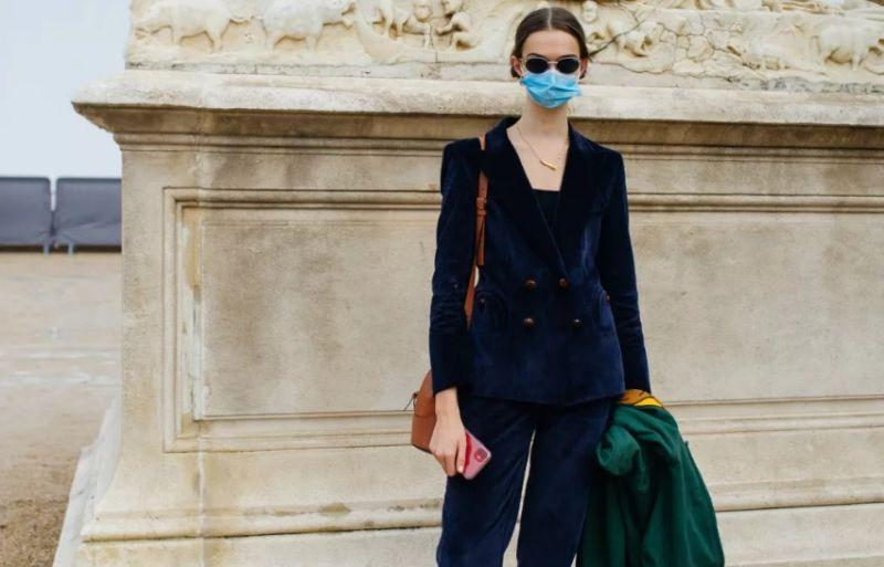 https: img.okezone.com content 2020 10 05 194 2288537 paduan-street-wears-dan-masker-dominasi-paris-fashion-week-uTn1hkxc04.jpg