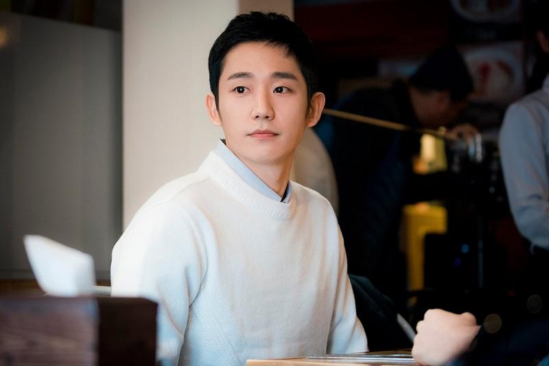 https: img.okezone.com content 2020 10 05 33 2288458 jung-hae-in-cinta-pandangan-pertama-jisoo-blackpink-dalam-snowdrop-cAJAYCudF9.jpg