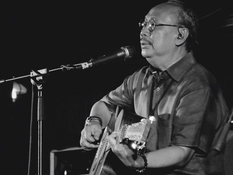 https: img.okezone.com content 2020 10 05 619 2288652 chord-gitar-dan-lirik-lagu-titip-rindu-buat-ayah-ebiet-g-ade-bRjTp1Tbpq.jpg