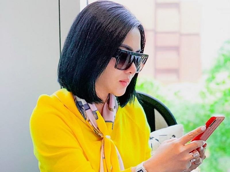 https: img.okezone.com content 2020 10 07 194 2289742 padu-padan-busana-dengan-kacamata-hitam-ala-syahrini-cetar-banget-35vYfC5VD2.jpg
