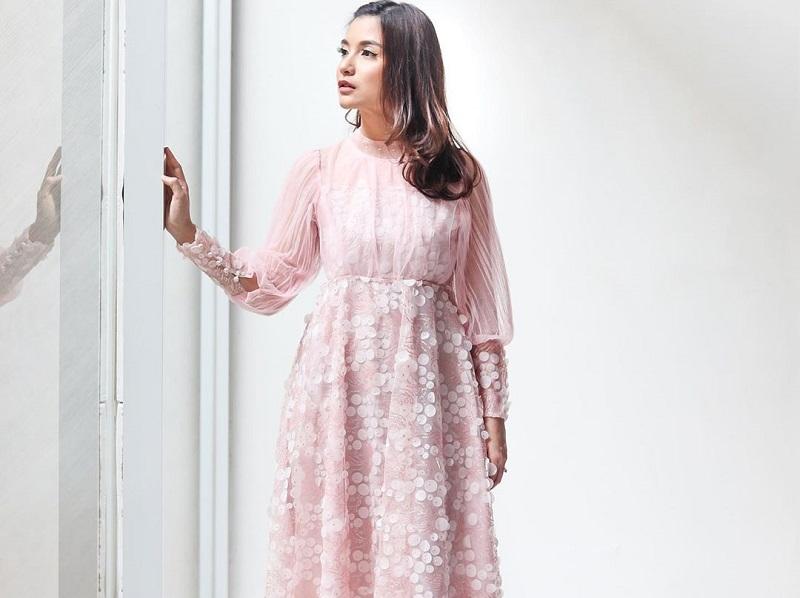 https: img.okezone.com content 2020 10 07 194 2289886 4-potret-chelsea-olivia-pakai-dress-inspirasi-tampil-feminin-rDpV40avOu.jpg