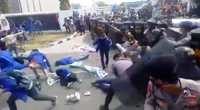 Demo Tolak UU Ciptaker Berakhir Ricuh di Bekasi, 2 Mahasiswa Terluka :  Okezone Megapolitan