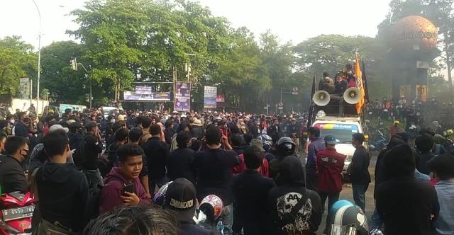 Demo Tolak UU Ciptaker, 80 Pelajar dan 5 Mahasiswa di Tangerang Diamankan :  Okezone Megapolitan