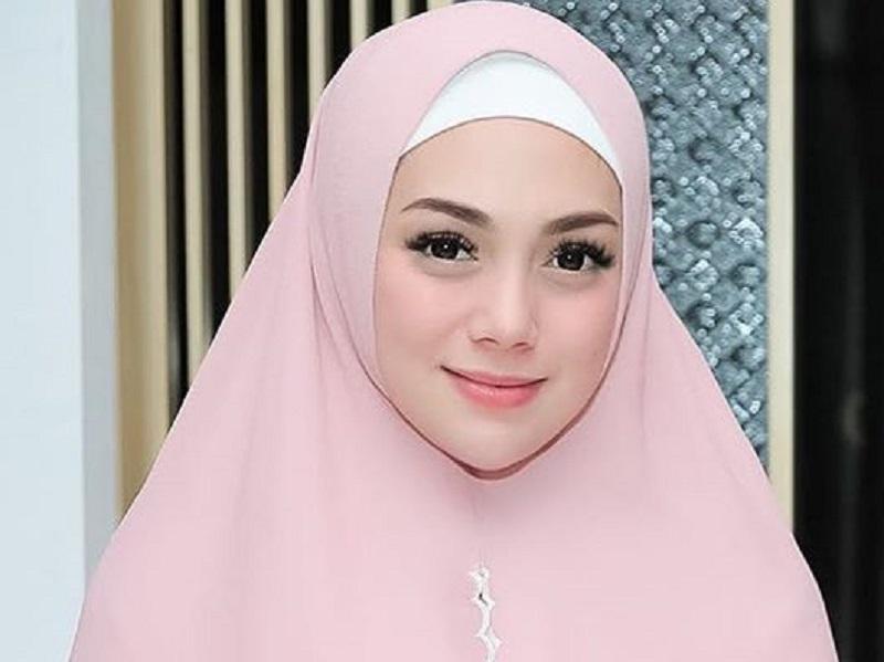 https: img.okezone.com content 2020 10 08 194 2290420 diduga-mualaf-intip-potret-cantik-celine-evangelista-memakai-hijab-49X2IGNb3C.jpg