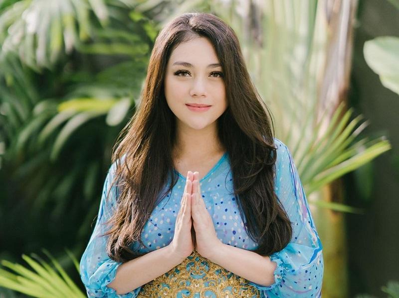 https: img.okezone.com content 2020 10 08 194 2290454 pesona-celine-evangelista-berbalut-kaftan-netizen-seperti-anak-gadis-syantik-CR4TUYfRQd.jpg
