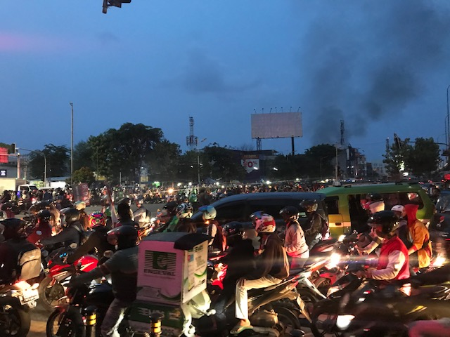 https: img.okezone.com content 2020 10 08 338 2290594 massa-blokade-simpang-grogol-halte-transjakarta-universitas-trisakti-dirusak-rXXeNNaORa.jpeg