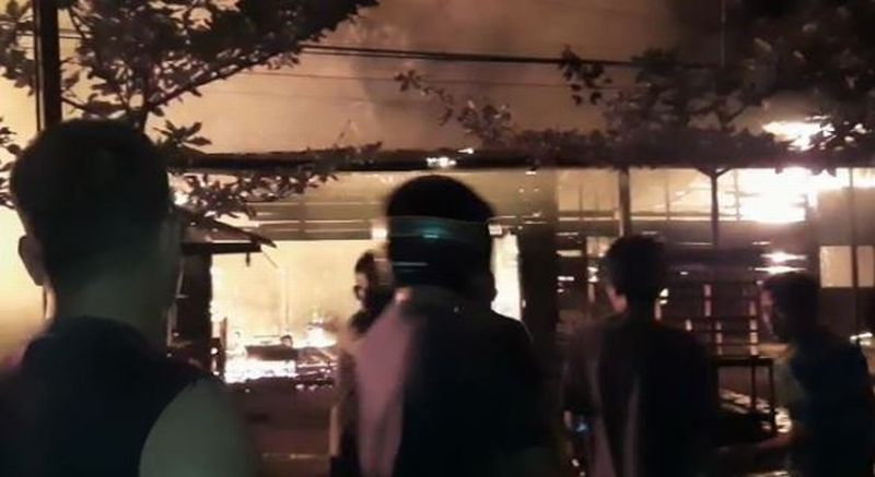 https: img.okezone.com content 2020 10 08 340 2290573 kebakaran-ruko-di-melawi-empat-orang-dari-satu-keluarga-tewas-txxrzgHehL.jpg