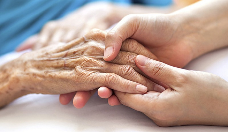 https: img.okezone.com content 2020 10 08 612 2290478 diselingkuhi-suami-kisah-perempuan-rawat-mantan-mertua-sakit-keras-bikin-haru-IZEjAAES5Q.jpg